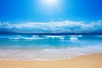 Praia calma e céu azul