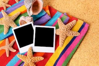 Praia com fotos instantâneas em branco