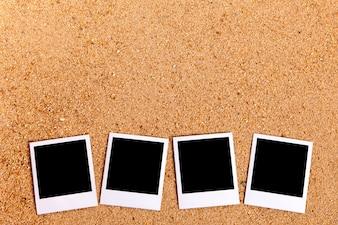 Praia com fotos polaroid em branco