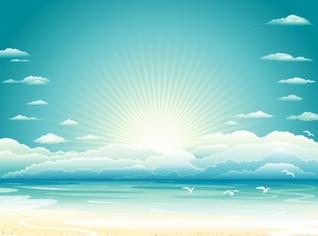 Praia do nascer do sol com nuvens de fundo
