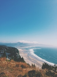 Praia e paisagem de montanha