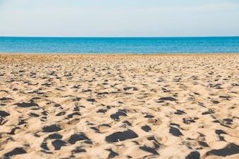 Praia vazia perto do mar