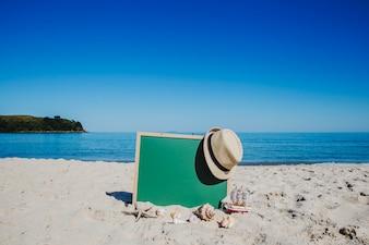 Prateleira e chapéu de palha na praia