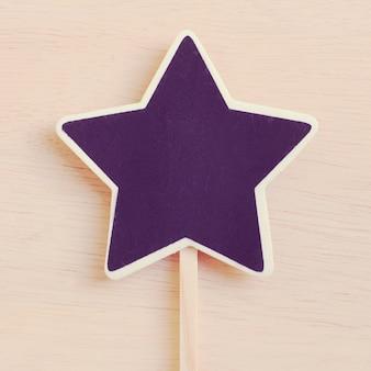 Prateleira em forma de estrela em madeira com efeito de filtro retro