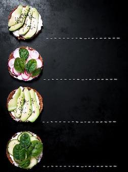 Prato com fatias de abacate e rabanete visto de cima