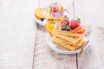 Pratos com waffles saudáveis
