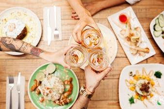 Pratos diferentes de comida saborosa