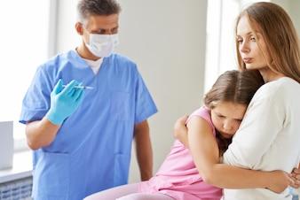 Preocupado menina antes de receber a injeção