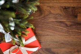 Presente vermelho e uma árvore de Natal