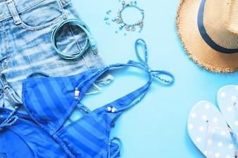 Primavera e verão coleção azul de acessórios para meninas, Flat lay on blue background