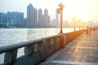 Promenade ao lado do rio com edifícios fundo