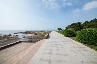 Promenade perto do mar