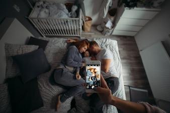 Prson tirando dos pais adormecidos