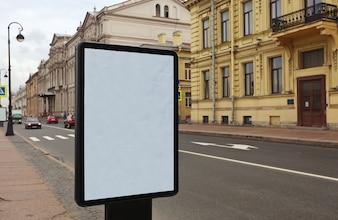 Quadro de avisos em branco na rua da cidade