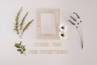 Quadro de madeira com flores com obrigado por todas as cartas