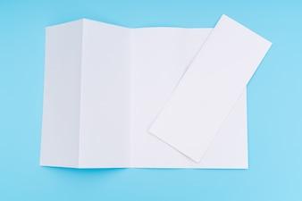 Quatro vezes papel branco modelo em fundo azul.