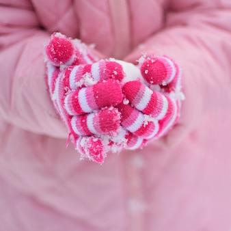 """""""Cortar as mãos em luvas segurando bola de neve"""""""