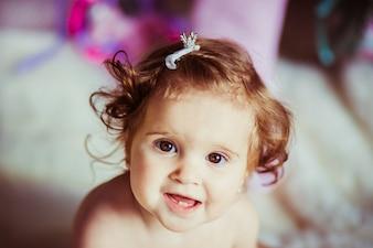 """""""Criança pequena com aperto de cabelo"""""""