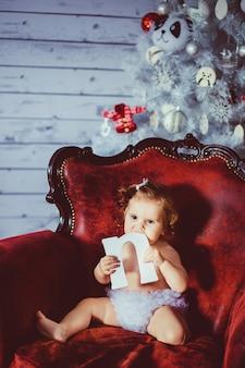 """""""Criança pequena sentada na cadeira"""""""