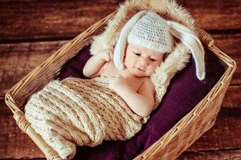 """""""Menino sonolento da criança deitada no berço do bebê"""""""