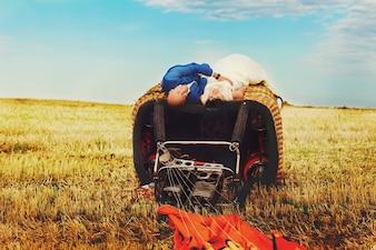 """""""Newlyweds deitado na cesta de balão de ar"""""""