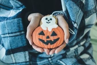 """""""Pessoa em xadrez com biscoito de Halloween"""""""