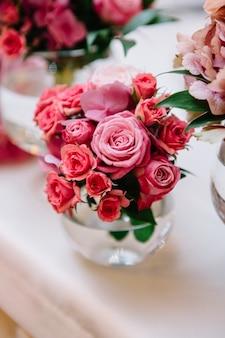 """""""Rosas pequenas cor-de-rosa em close-up"""""""