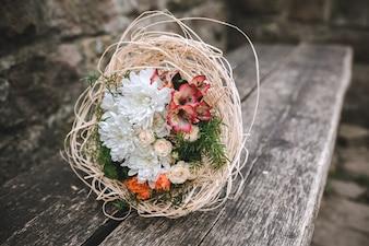 Ramalhete de noiva no banco de madeira