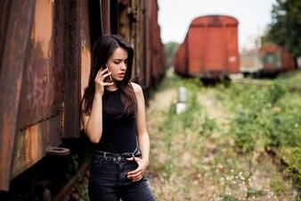 Rapariga séria ao falar no telefone