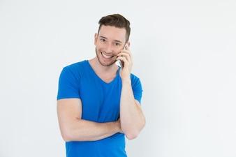 Rapaz jovem positivo usando o telefone móvel