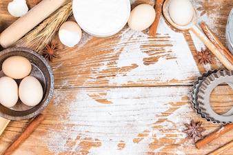 Receita de preparação de massa de pão, pizza ou torta fazendo ingridients, plano de comida no fundo da mesa de cozinha.