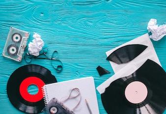 Registros musicais e notas sobre fundo de madeira