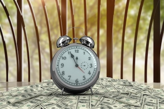 Relógio com notas sobre uma mesa de madeira