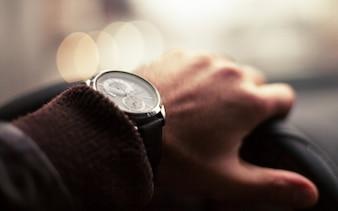 Relógio de pulso dirigindo carro detalhe