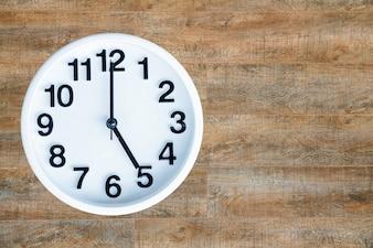Relógio em fundo de madeira