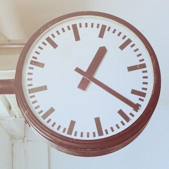Relógio na estação de metrô com efeito de filtro retro