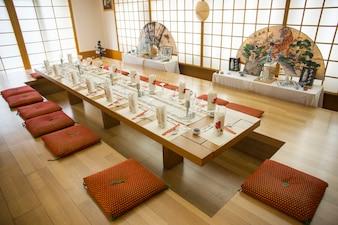 Restaurante japonês preparado para o jantar