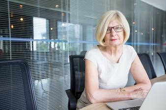 Retrato de empresária confiante em óculos