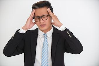 Retrato de empresário tenso com dor de cabeça