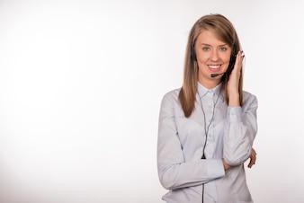 Retrato de feliz sorridente suporte de telefone de suporte alegre no fone de ouvido, isolado no fundo branco