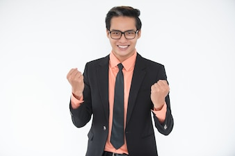 Retrato de líder alegre fazendo um gesto vencedor
