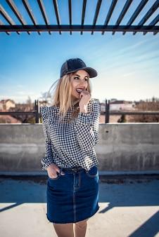 Retrato de mulher de moda vestindo camisa de xadrez e boné de couro