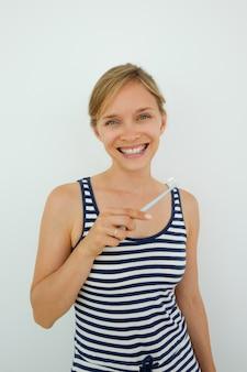Retrato de mulher feliz cuidando de seus dentes