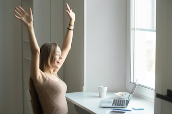 Retrato de perfil de uma mulher comemorando o sucesso
