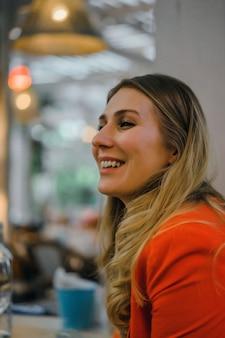 Retrato de uma menina, mulher em um café
