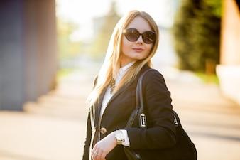 Retrato, jovem, mulher, sol, óculos