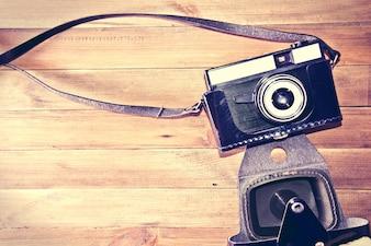 Retro câmera vintage em fundo de madeira.