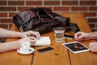 Reunião casal negócios em café