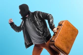 Robber correndo rapidamente em fundo colorido