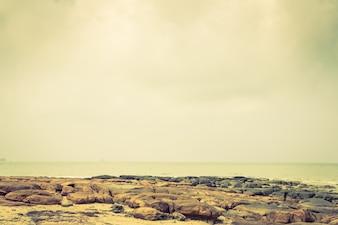 Rochas pelo mar calmo